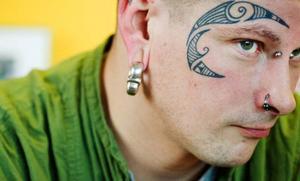"""Namn: Mattias """"Faffa"""" FolinYrke: Piercare på Man's ruinOm sin tatuering: Det tog 13 år innan jag gjorde verklighet av mina tankar på att tatuera ansiktet. Det är en så speciell plats att det tog tid att hitta ett mönster. Det här är maoriinspirerat och ritat på fri hand.  I Sverige är det inte så många tatuerare som vill röra ansikten och händer, eftersom tatueringarna inte kan döljas. Att jag till slut valde att göra det beror på att det här är vad jag jobbar med, det är mitt liv. Och jag har inte ångrat mig en sekund."""