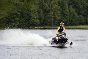 Ride to shoot körde snöskoter på vattnet.