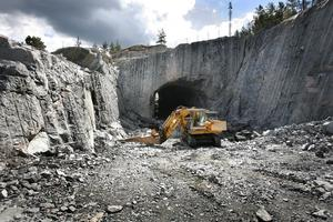 Lommarberget. Här ska  bilarna  passera genom den  99 meter långa tunneln.
