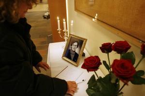 Många skrev i går i den kondoleansbok som fanns utlagd i Folkets hus.