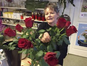 Eva Johansson på Gärdets blomsterhandel i Bollnäs laddar upp med rosor inför Alla hjärtans dag.