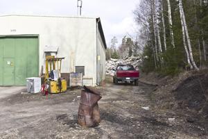 Verksamheten håller till i gamla Malms fabrik. I bakgrunden syns sopberget.