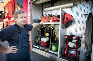 Komplett utrustning. I det stora skåpet på den nya brandbilen finns det mesta som behövs för olika insatser.