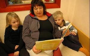 På ordinarie förskoletid får Asta Pettersson och Gabriel Moström höra Susanne Hållberg läsa sagor som på vilket annat dagis som helst.