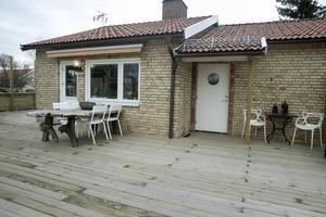 Utvändigt är huset sig helt likt, förutom att det fått en stor veranda.