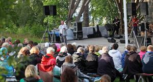 Det var närmare tusen personer som kommit till allsångskvällen på Murberget.