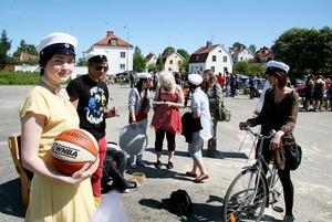 Esteterna jobbade på bra. Sabina Mårdenkrans håller i en av prylarna, en basketboll.