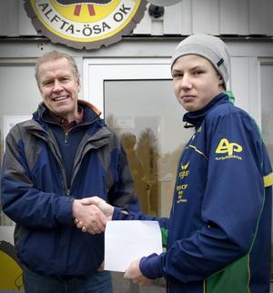 En kille värd att satsa på. Felix Karsbo premieras av Alfta Skogskarlars Thomas Ericson.