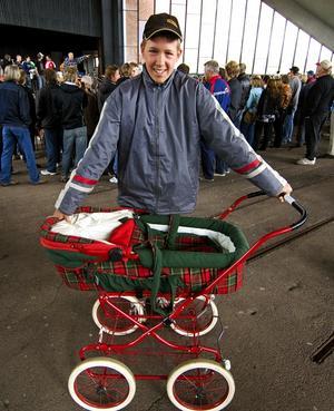 Barnvagn. Pierre Hedin fyndade en barnvagn till lillasyster Rebecka.