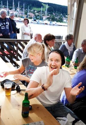 """Patrick Frén Johansson och Emelie Hessel lyssnar på Ständut Blakk i ett av partytälten på Yran. """"Det är jättetroligt här"""", säger Patrick Frén Johansson."""