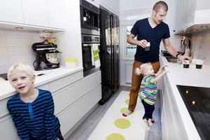 Som pappa är Jörgen Sundqvist både snäll och sträng. – Jag försöker alltid få omgivningen att må bra, men ibland blir jag mer irriterad på barnen när jag är trött, säger han. Vilma är två år och Leo är fem.