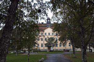 Ännu i dag slår storskaligheten besökaren. Här det så kallade Klockhuset, en av de tidigast färdiga byggnaderna på området. Från 1911. Husen skulle enligt tidens borgerliga trend andas bildning, ordning och reda.