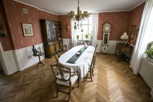 Hemma hos Terry och Astrid finns en klassisk matsal med plats för många vänner. Möblerna är till stor del second hand.