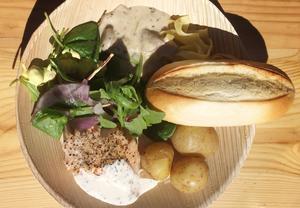 Oxfilépasta och laxfilé med potatis och romsås samt sallad och bröd.