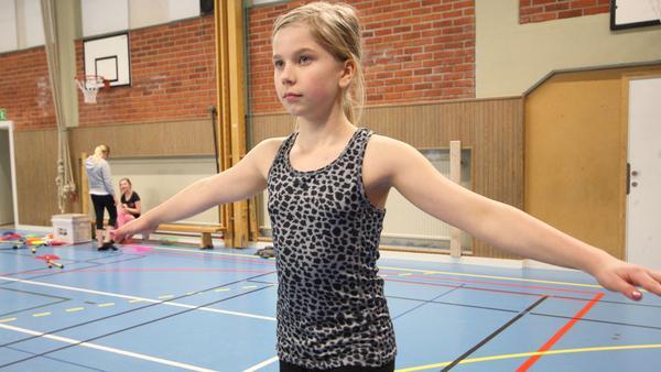 Nelly Höglund balanserar på lina.