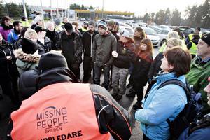 Vid klockan tolv samlades folk vid Gävle Bro för att anmäla sig som frivilliga till att söka efter den försvunna personen.