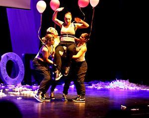 """Kulturlyft? Dansarna slängde av sig entreprenörskostymerna i det nyskapade Gävleborgsstycket """"Mot väggen"""" som bjöd på spridda tolkningsmöjligheter."""