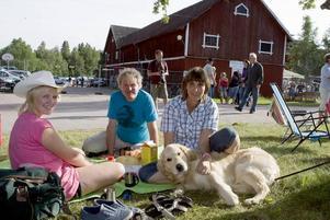 MIDDAGS-MYS.  Emelie och mamma Annika Lindquist picknickade i sällskap med musikern Jakob Knapp från Krylbo. Hunden Tim fick också följa med på festivalen.