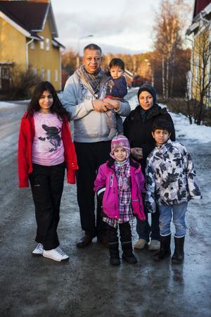 Hela familjen Shappan: Maryam. pappa Hassam och lilla Naeem, Ghzal, mamma Rola och Abdalla, samlade strax utanför bostaden i Björna.