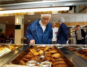 Ulla Lindberg, snart 90 år, undersökte det mesta när hon tillsammans med Birgitta Månsson fick besöka Wargentinsskolans kök och matsal.