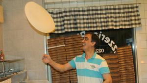 """Full snurr. Medet Demircioglu, på Pizzeria Picasso, bakar drygt 200 pizzor under nyårsdagen. Det är 150 procent fler pizzor än årets övriga dagar. """"Folk orkar nog inte ställa sig och laga mat efter nyår"""", säger han."""