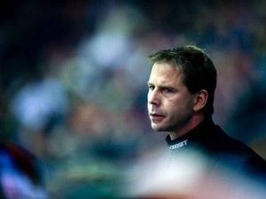 Frölundatränaren Ulf Dahlén fick föras i ambulans till sjukhus efter torsdagens förlustmatch i Luleå.