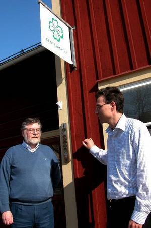 Förordar helhetsgrepp. Kommunalrådet Bo Pettersson till vänster och Per-Erik Ingels presenterade på fredagen centern remissyttrande till liggande skolutredning