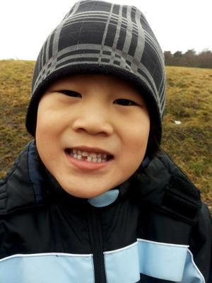Ryan, 6 år visar stolt upp sin första glugg!
