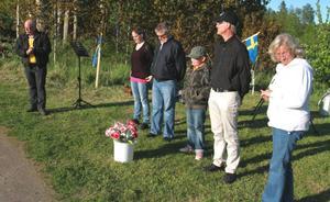 Tony Persson från Gårdskär.NU delade ut blommor till fr.v Madelene Edman, Anders Forsberg, Oskar Bergsten, Per-Johan Ulfvendahl och Monika Grönkvist (mamma till Viktoria Skoglund).