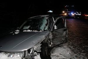 Bilens förare fördes i ambulans till sjukhus.