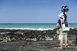 Daniel Orellana trekkar runt med en stor kamera på ryggen.