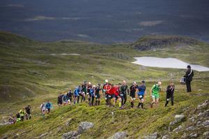 En man med trumma gjorde deltagarna sällskap uppe på fjällen i Åre under lördagens fjällmaraton.