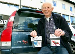 Olika märken och emblem, i första hand tänkta att sättas bakpå bilen, är 81-årige Bertil Persson nya företagsidé som fått väldig respons. Foto:Anders Mojanis