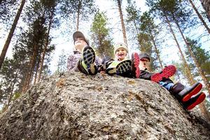 Erik Trewe, Lina Forsberg och Arvid Forsberg upptäcker med förtjusning vandringseldoradot i Backeområdet. Här har de klättrat upp på ett av de jättelika stenblocken som finns på vägen mot Jansjöbodarna.