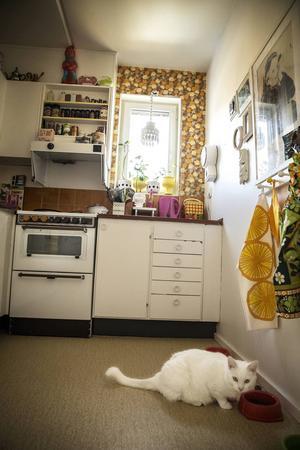 Den gamla blommiga tapeten har Malin satt upp, men den fanns ursprungligen i lägenheten.