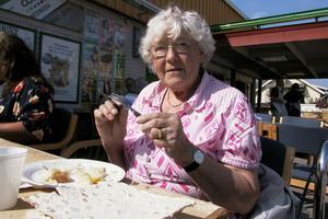 Ingrid Olsson från Edsbyn lät sig väl smaka. Årets surströmming är så god. Det är jättegott, tycker Ingrid som var smart och tog med sig egen kniv och gaffel. Plastbesticken bryts nämligen lätt itu.
