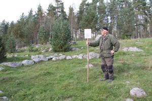 Fälts ligger nedanför Rune Callbergs eget hem. Här bodde bland andra soldaten Eric Pehrsson-Ferm, som kom från Jämtland och som kom till Knåda i samband med Knåda marknad, där det såldes bland annat sill och lutfisk från Norge.
