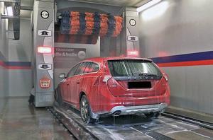 Många biltvättar återvinner tvättvattnet och använder det till underredsspolningen.