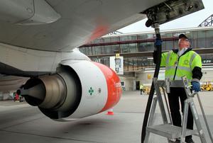 Flygplan och helikoptrar tankas oftast med hjälp av personal på flygplatserna, som här på Midlanda. Nu vill bland andra Svensk Luftambulans att Dala Airport inför en självbetjäningstank för även för jetbränsle. Foto: Lars Windh