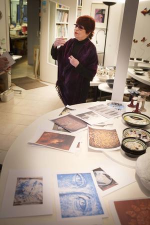 Margot Öjemark blickar tillbaka på sin egen konst där teman som jämställdhet och solidaritet alltid funnits med.