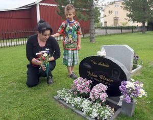 Caroline Andersson och Dennis Olsson vill ha blommorna i fred på sambons respektive pappans grav.