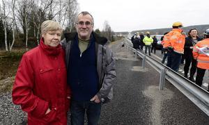 Marie-Louise och Robert Ekström som bor endast 100 meter från nya E4 är glada över att de nu har en snabb och fin väg att åka på.