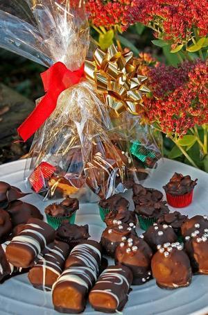 Godis att ge bort. En genomskinlig förpackning med röda band får julgodiset att bli ännu mer lockande.