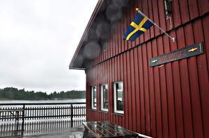 nYBYGGT. I kolhuset, som byggdes för två år sedan, finns konferenslokal, bastu, duschar, fullt utrustat kök, matsal, kafé och en 300 kvadratmeter stor altan mot havet med kvällssol.