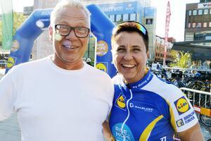 Initiativtagaren Billy Ydefjäll tillsammans med Anna Sving Sjöblom, lekterapeut på barnkliniken i Gävle hejade cyklisterna i mål i Gävle.