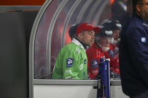 Henrik Karlström stod i första matchen i Svenska cupen – här på bänken i den andra matchen.