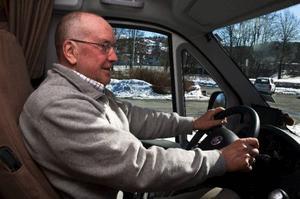 Ander Waldman och hustrun började köra husbil när barnen var små och är nu som farföräldrar lika hängivna sitt sätt att se nya platser. Han kan få upp åttametersbilen i 120 km/h men kör helts under 100 för bekvämlighetens skull. Foto: Tomas Hägg