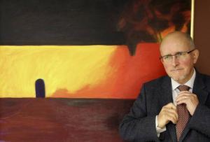 En enda stor bild med stark energi finns på väggen vid mötesbordet i Bengt Marsh rum.Det är Jan Liljeqvist som målat den.  Jag kallar den
