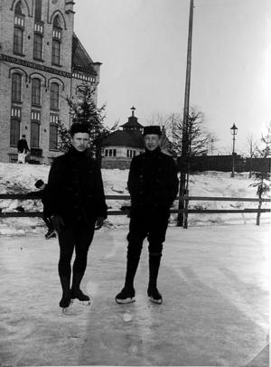 Rickard Ricken Johansson och K. A. Holmström på Gavleåns is 1902.