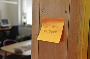 """Tillfälliga """"skyltar"""" talar om var de olika hemtjänstgrupperna har sina rum. Bild: JAN WIJK"""